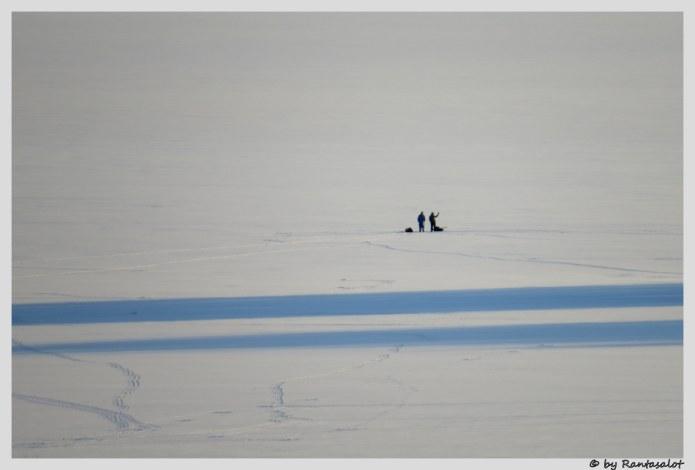 Keskellä järveä kaksi hlöä