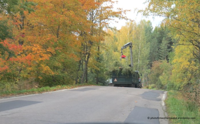IMG_9616 Ruska traktori tiellä